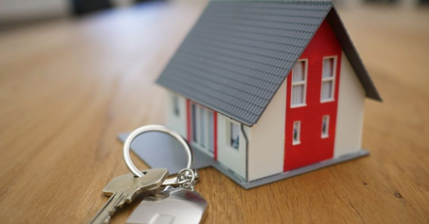 Minitur House and keys representing mortgage broker